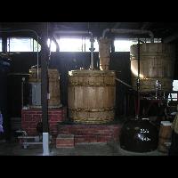 今では珍しい木桶の蒸留器。ここから「石蔵」の極上の一滴が生まれてくるのです。